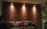 Ściana z cegły w mieszkaniu