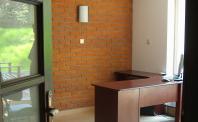 Ściana z cegły (płytki ryflowane) biuro, naturalne oświetlenie