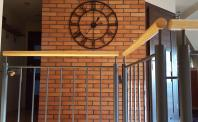Aranżacja zegar na ceglanej ścianie
