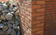 Płytki rustykalne - mur obłożony płytkami z cegły