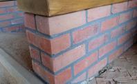Murek z płytek z ciętej cegły