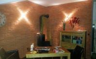 ściana z płytek ceglanych salon