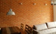 Płytki rustykalne - jadalnia ze ścianą z cegły
