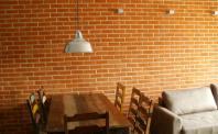 Płytki rustykalne - naturalnie oświetlona ściana